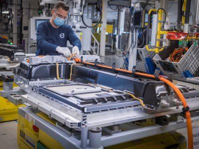 Der Boom für elektronische Geräte schlägt in die Automobilindustrie zurück. Die Lastkraftwagen-Fabriken stellen ihre Produktion ein.