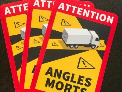 """Koniec okresu przejściowego – naklejki """"Angles Morts"""""""