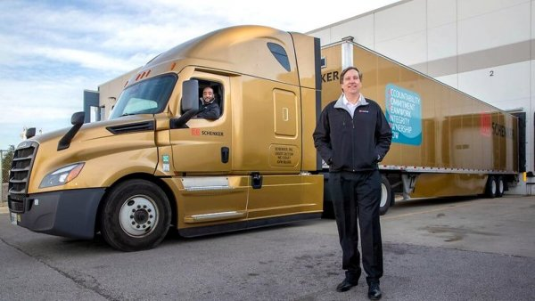 A DB Schenker arany kamionnal hajt be az Egyesült Államokba