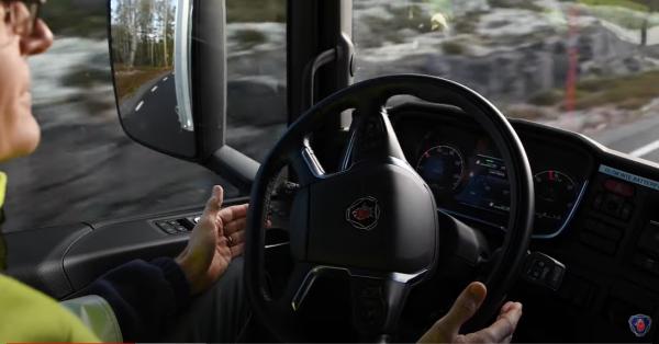 Scania testuje autonomiczne ciężarówki na szwedzkiej autostradzie. Obecność kierowcy w kabinie nadal