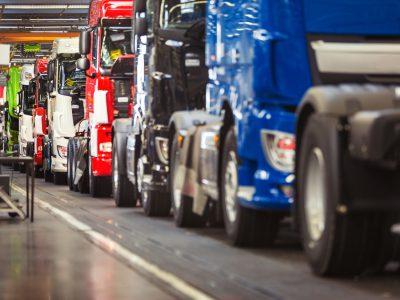 Un important producător de camioane își sistează producția