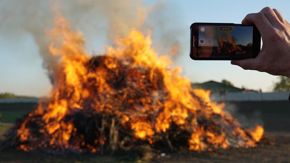 30 gapiów filmowało miejsce wypadku, w którym zginął kierowca ciężarówki. Zostaną ukarani za bezmyślność