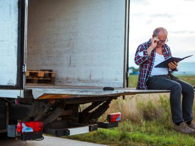 Zu alt, um am Lkw-Steuer zu sitzen? 70-jähriger Trucker muss eine Strafe in Höhe von 1200 Euro bezahlen
