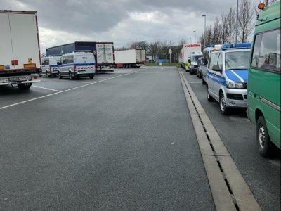 Gemeinsame Lkw-Großkontrolle mehrerer Behörden: Verstöße bei mehr als jedem dritten Fahrzeug festgestellt