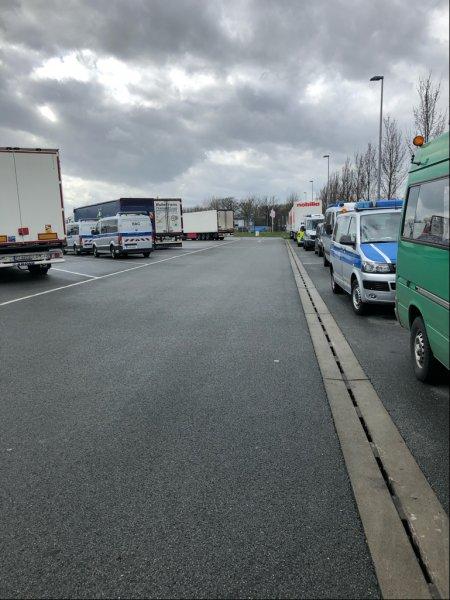 Gemeinsame Lkw-Großkontrolle mehrerer Behörden: Verstöße bei mehr als jedem dritten Fahrzeug festges