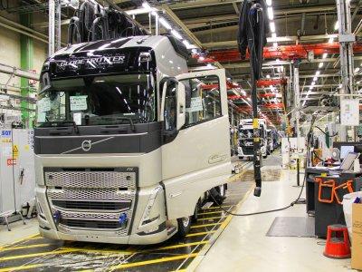 """Švedai pradeda gaminti naują """"Volvo"""". Sunkvežimiai pritaikyti keisti pavarą į elektrinę"""