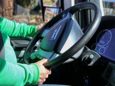 Kierowca-emeryt skarży się do Unii Europejskiej. Chce nadal prowadzić ciężarówkę, a prawo mu na to nie pozwala