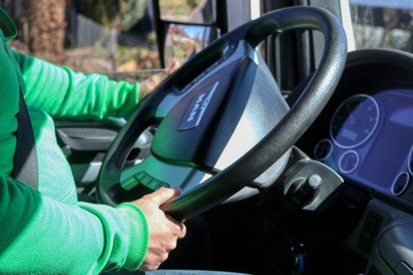 Kierowca-emeryt skarży się do Unii Europejskiej. Chce nadal prowadzić ciężarówkę, a prawo mu na to n
