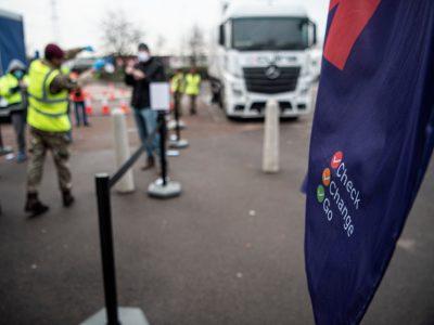 Vežėjų organizacija kreipėsi į vyriausybę prašydama skiepyti sunkvežimių vairuotojus. Vairuotojai įsiuto