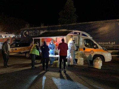Naponta több száz járművezető áll sorban a tesztelésre; a fertőzötteket egy kézen meg lehet számolni