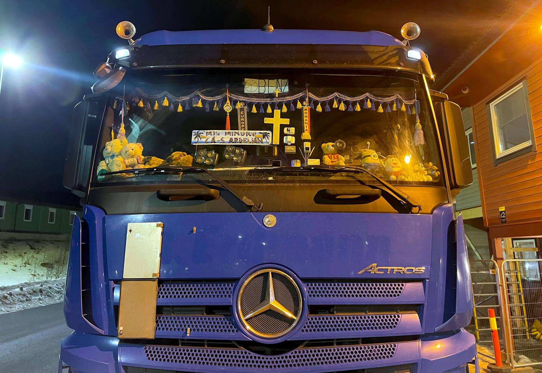 Распятие на лобовом стекле не спасло водителя от наказания. Отделка кабины инспекторам не понравилась