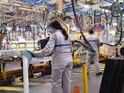 Uzinele auto din România sistează producția și în martie