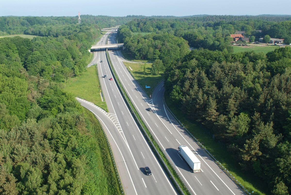 Vokietija uždaro A7 greitkelį. Nuo kovo 18 d. (22 val.) iki kovo 22 d. (5 val.) A7 greitkelis Vokietijoje bus visiškai uždarytas. Transporto priemonės, nevažiuojančios į Hamburgą, turi važiuoti aplinkkeliu nuo Horster Dreieck/Maschener Kreuz iki A1 per A21 ir B205.