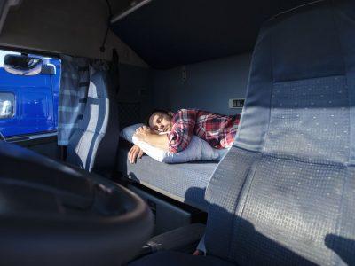 Išmokų vairuotojams problema. Gavo pinigų už nakvynę kabinoje, po kelių metų turėjo grąžinti dvigubai daugiau – 22 tūkst. Eur