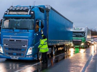 Didžioji Britanija iš sunkvežimių vairuotojų reikalaus neigiamų koronaviruso testų
