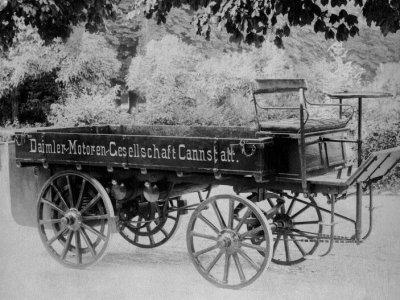 125 év telt el az első Daimler teherautó bemutatója óta. Fa kerekei és négy lóereje volt