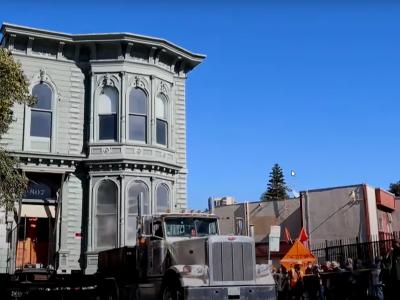 Spektakulärer Sondertransport: 133 Tonnen schweres Gebäude musste umziehen [Video]