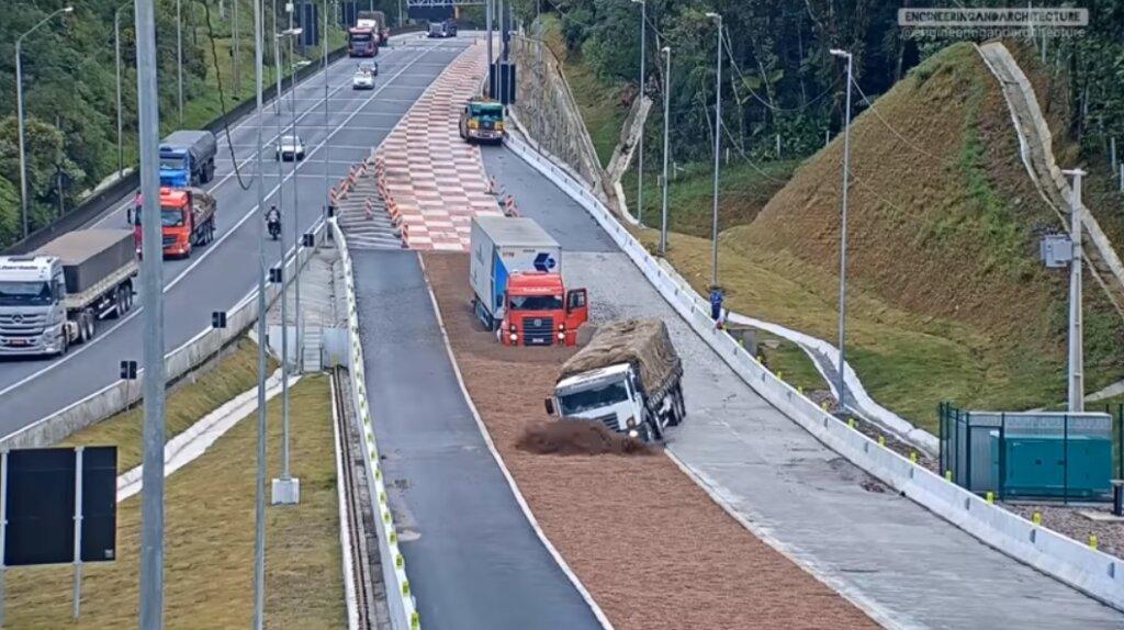 Zobacz, co pas spowalniający zrobił z ciężarówkami. Spektakularne nagranie