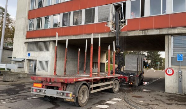 Truck's crane crashes into Swiss Traffic Police office
