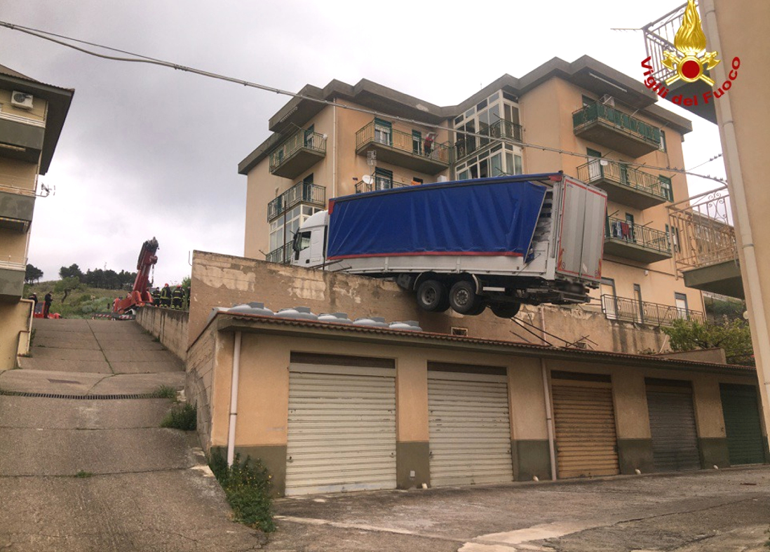 Hamulce puściły i… ciężarówka we włoskim miasteczku zawisła na tarasie