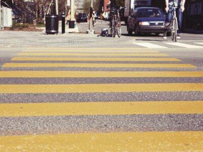 Megbírságolnák azt a gyalogost, aki mobilozva megy át az úton