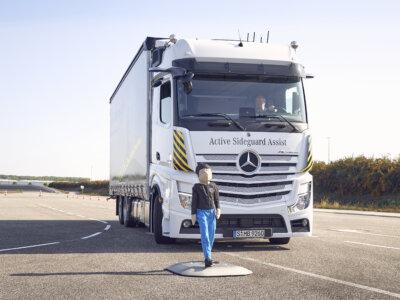 Weltneuheiten von Mercedes-Benz Trucks für mehr Sicherheit auf der Straße