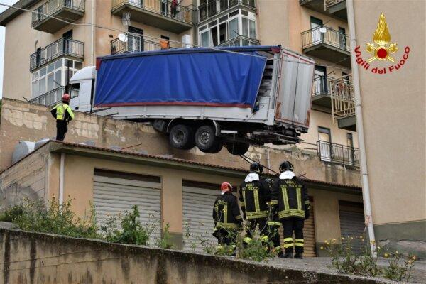 Italien: Ungewöhnlicher Unfall mit einem Lkw, der auf Garagendächern mehrere Stunden hängen blieb [V