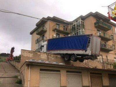 Rejtély, hogy került a házra a teherautó