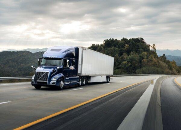 Volvo VNL świętuje ćwierćwiecze. Zobacz, jak rozwinął się przez ten czas popularny za Oceanem model