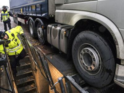 Baudos sumokėjimas arba sunkvežimio sulaikymas. Švedija griežtina baudas užsienio vežėjams
