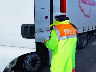 120-szal száguldott a teherautó a tachográf-manipuláció miatt; 41 személy ellen emeltek vádat