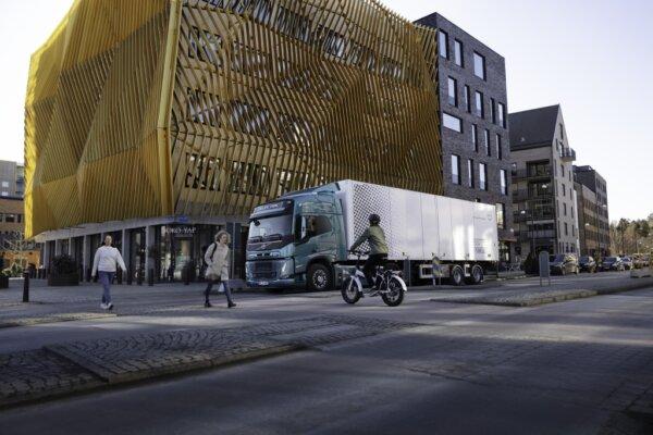 """Elektryczne ciężarówki Volvo będą wydawać """"przyjemne i nienatarczywe"""" dźwięki. Posłuchaj, jak brzmi"""
