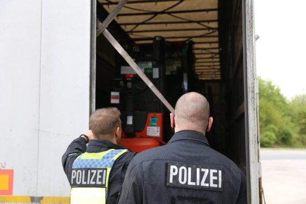 """German police stop """"rolling time bomb"""" and other 32 lorries with serious defects"""
