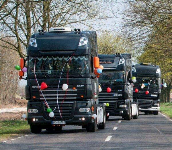 Pary młode chcą jeździć do ślubu ciężarówką. Czy kierowca-pan młody musi używać tachografu?