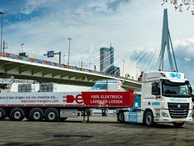 Erster 100% elektrischer 50-Tonnen-Lkw als Sattelzug Kombination auf der Straße