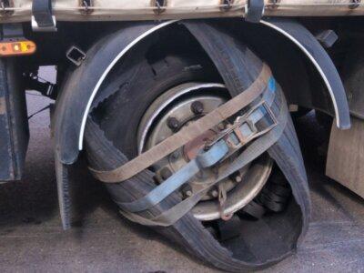 """Transportator român sancționat în Polonia pentru că a circulat cu o anvelopă vizibil deteriorată pe care a """"remediat-o"""" pe cont propriu"""