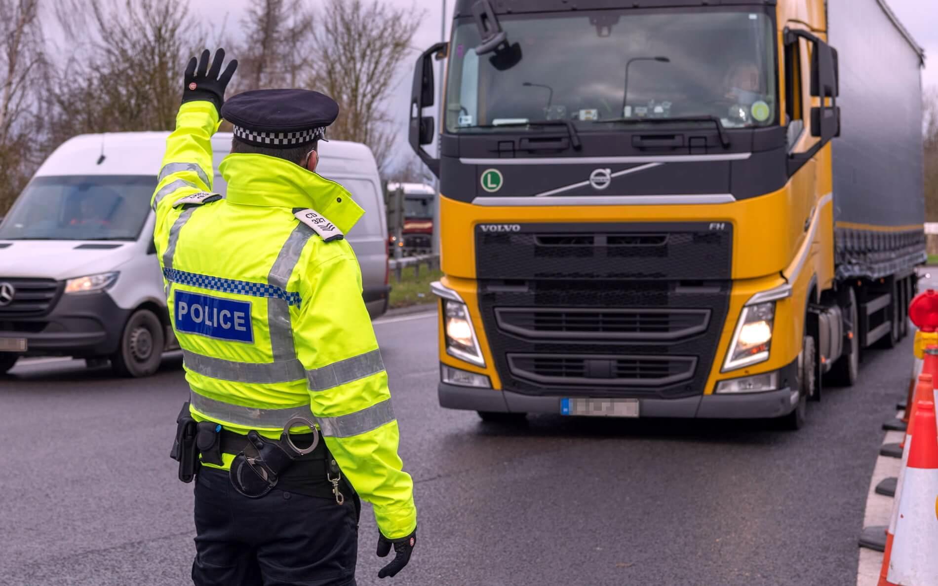 Az Egyesült Királyság új szabályokat vezet be az országba való beutazásra vonatkozóan. Ez a tehergépkocsi sofőrökre is vonatkozik