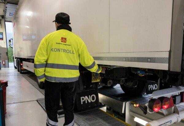 Polak złapany z przeładowaną naczepą przeniósł 3,5 tony ładunku… ręcznie