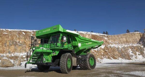Elektryczna wywrotka przewozi do 110 ton i nie wymaga podłączenia do ładowania. Jak to możliwe?