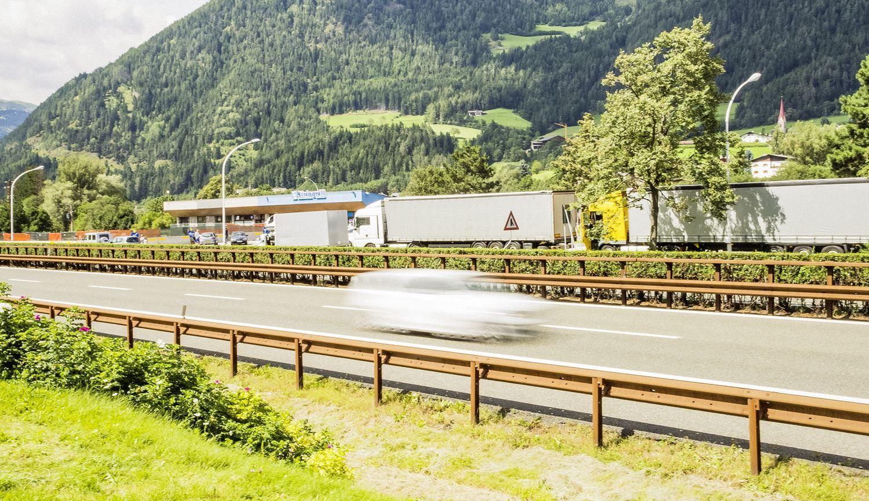 Dar viena eismo valdymo Tirolyje idėja. Italai nori nuotoliniu būdu reguliuoti sunkvežimių greitį