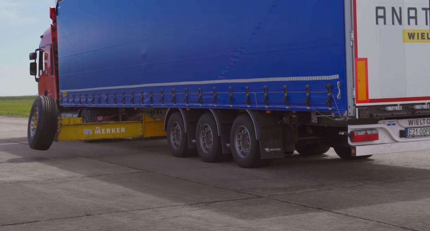 Test łosia z niezabezpieczonym towarem na naczepie – zobaczcie nagranie z udziałem popularnego kierowcy ciężarówki