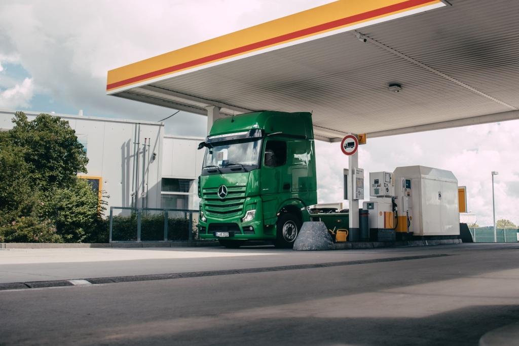 Sunkvežimis, kuris pats moka už degalų pildymą? Atrodo nerealu, tačiau testai jau vyksta