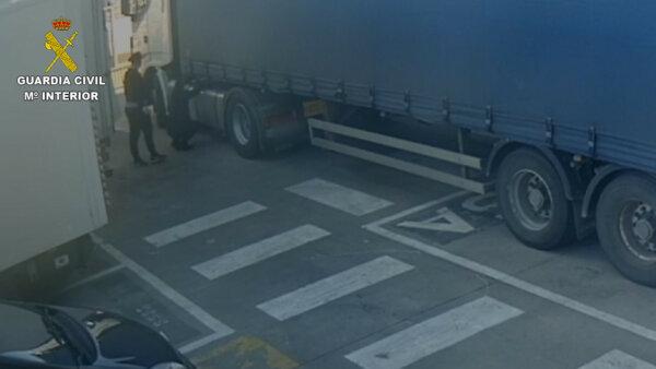 Lopott teherautóval jártak kamiont fosztogatni