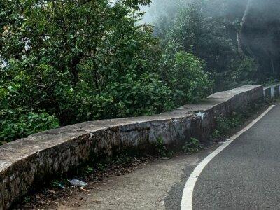 Kierowca utknął na wąskiej drodze na kilka dni. Z pomocą rzucił się nawet burmistrz