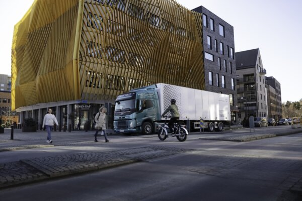 """""""Volvo"""" elektriniai sunkvežimiai skleis """"malonius ir neįkyrius"""" garsus. Paklausykite, kaip skamba Šv"""