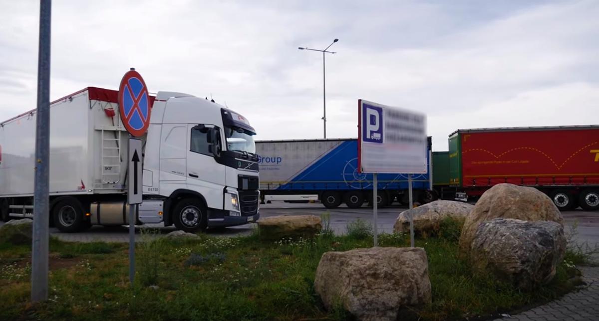 Stovėjimo aikštelėje Prancūzijoje užpulti du vairuotojai. Vyrai pateko į ligoninę