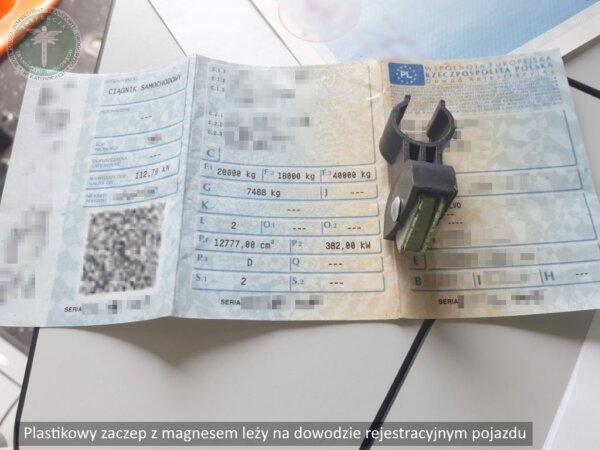 Inspektorzy z pomocą policji musieli szukać wyłącznika tachografu. W takim miejscu jeszcze go nie wi