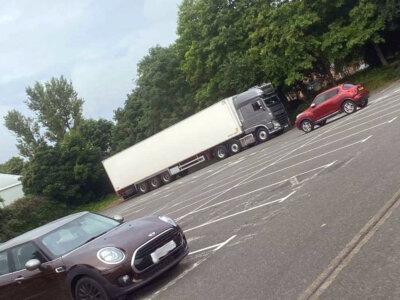 A fuvarozó kigúnyolta a kamionosra panaszkodó vásárlót, aki szerint a kamion tól nagy helyet foglal