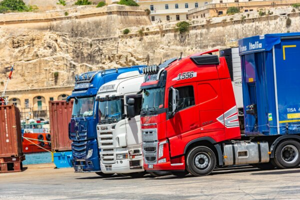 Az olaszoknak elegük van az útmunkákból. Otthagyják a teherautókat az úton