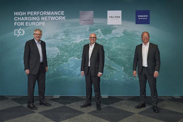 Pionierarbeit für E-Infrastruktur: Daimler Truck, TRATON GROUP und Volvo Group planen Aufbau eines e